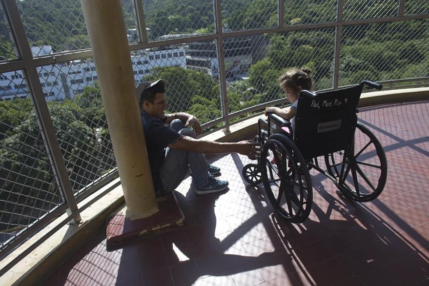 Maykol Pacheco y su hija Ashely en una fotografía del 17 de agosto cuando aún estaba internada en el hospital de Caracas. (Foto Prensa Libre: AP).