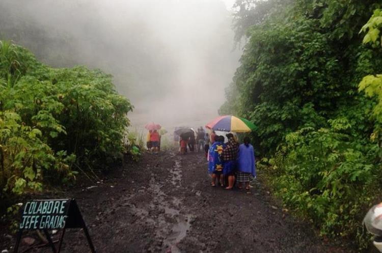 Los ríos que descienden del coloso llevan rocas incandecentes según vulcanólogos. (Foto Prensa Libre: Insivumeh)