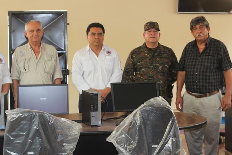 Representantes de distintas instituciones participan en la inauguración del COE, en Zacapa. (Foto Prensa Libre: Edwin Paxtor).