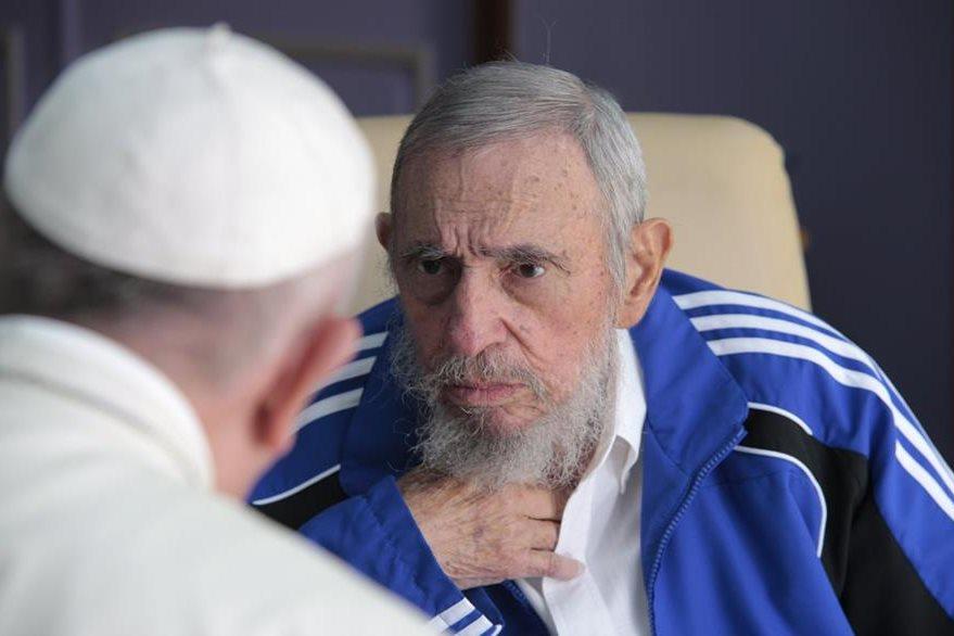 Fidel Castro conversa con el Papa el 20 de septiembre último. (Foto Prensa Libre: AP).