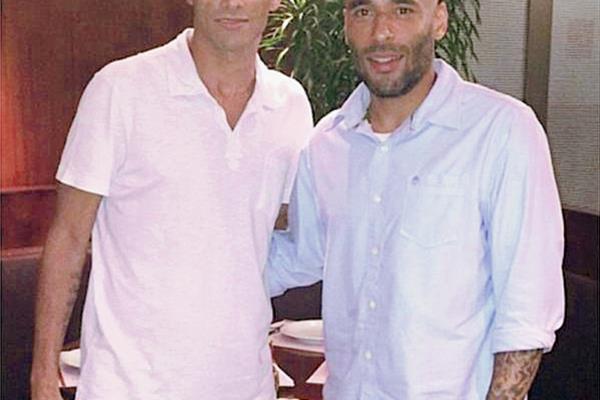 Rivaldo posa junto a Edinho en la presentación como nuevo entrenador del club Mogi Mirim. (Foto Prensa Libre: Mogi Mirim)