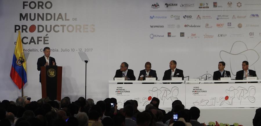 El presidente colombiano Juan Manuel Santos (en el podio) fue el anfitrión del primer Foro Mundial de Productores de Café, en Medellín (Colombia). (Foto Prensa Libre: EFE)