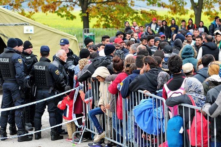 Miles de migrantes, entre ellos varios niños, están inmovilizados en Croacia. (Foto Prensa Libre: EFE)