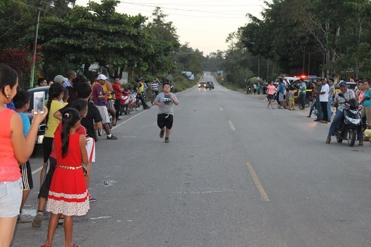 Uno de los participantes en la carrera organizada en Poptún, Petén, se acerca a la meta. (Foto Prensa Libre: Walfredo Obando)
