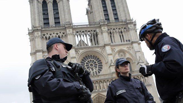 Catedral de Notre Dame, en París, Francia, es acordonada por la Policía luego de un incidente armado. (Foto Prensa Libre: CBS 5 News)