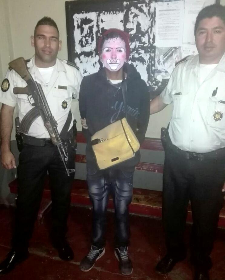 Agentes de la PNC corroboraron la identidad de un hombre disfrazado de payaso, en la cabecera de Jutiapa. (Foto Prensa Libre: PNC)