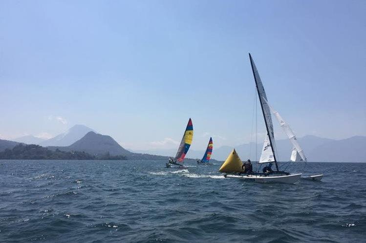 El clima permitió que la regata se realizará sin problemas en el lago de Atitlán. (Foto Prensa Libre: cortesía Asovela)