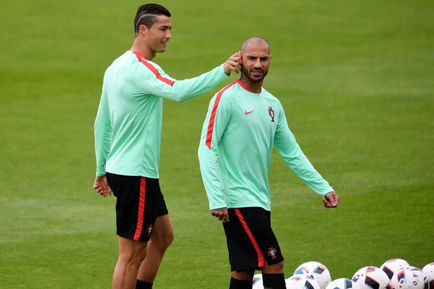 Cristiano bromeó con sus compañeros para bajar la tensión de cara a la semifinal. (Foto Prensa Libre: AFP)