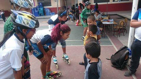 Los patinadores compartieron sus habilidades con los niños damnificados de la tragedia de El Cambray 2 (Foto Prensa Libre: Dalia Soberanis)