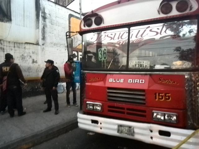 El piloto de un bus de la ruta 36 fue muerto a balazos este jueves. (Foto Prensa Libre: Estuardo Paredes)