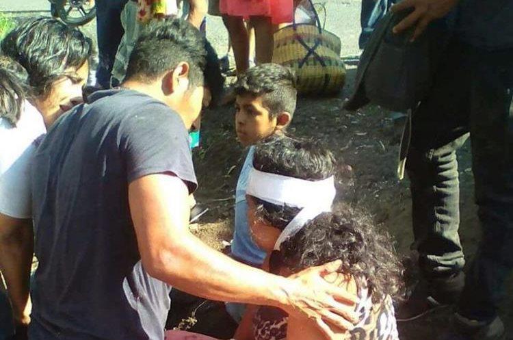 Familiares de una de las heridas verifican que se encuentre estable. (Foto Prensa Libre: CBV)