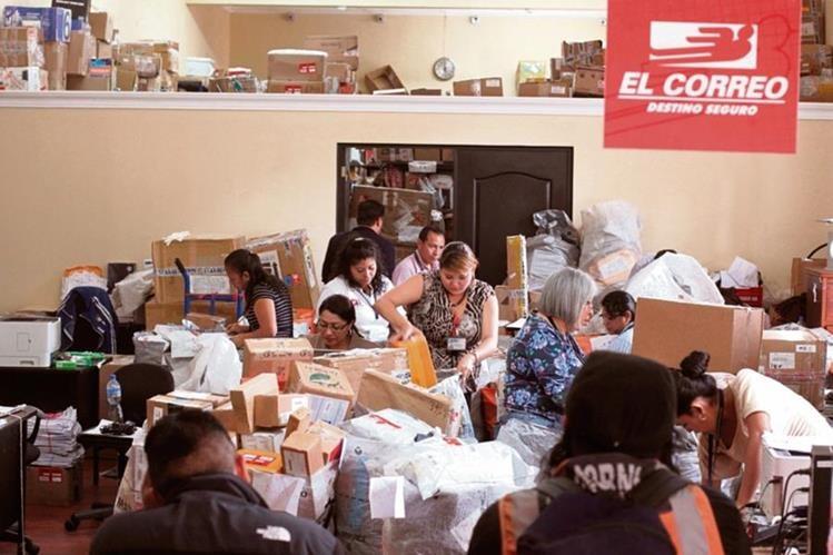 Los envíos familiares y las compras por internet también han aumentado el volumen de paquetería que se maneja en el Almacén de Fardos Postales.