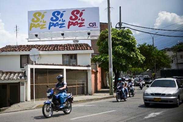 """Una manta publicitaria instan a votar por el """"Sí"""" en el plebiscito en Cali, Colombia.(AFP)."""