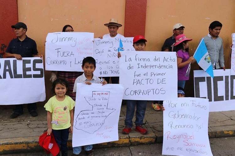 Pancartas que portaron estudiantes y adultos durante el desfile cívico en Quiché.(Foto Prensa Libre: Héctor Cordero)