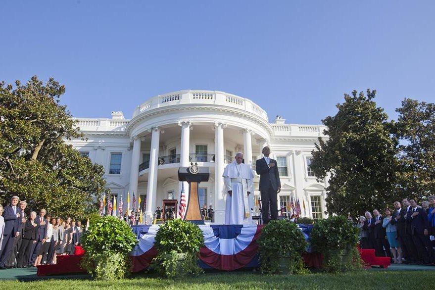 El presidente Barack Obama, (derecha), y el papa Francisco (izquierda), en la ceremonia de bienvenida ofrecida en la Casa Blanca. (Foto Prensa Libre: AP).