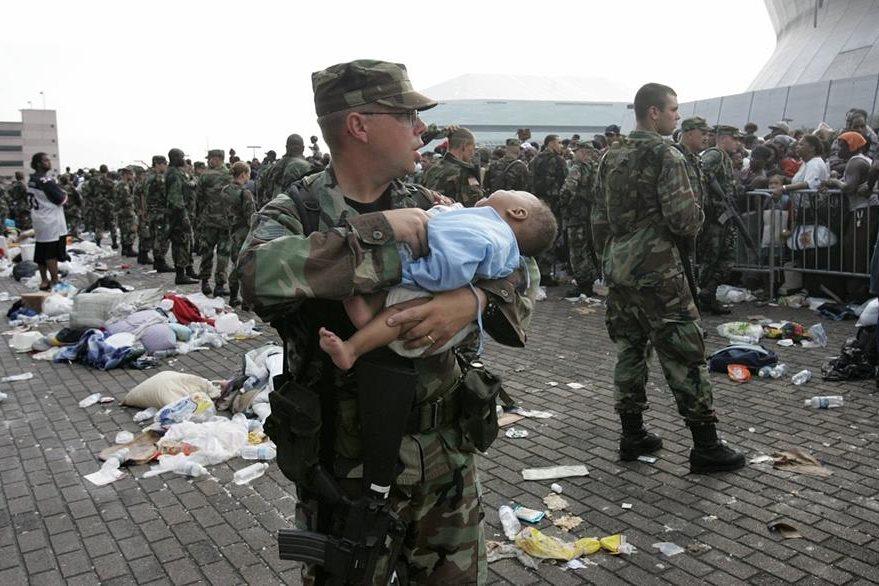 Imagen del 2005 muestra a un soldado rescatando a un bebé durante la emergencia por Katrina. (Foto Prensa Libre: AFP).