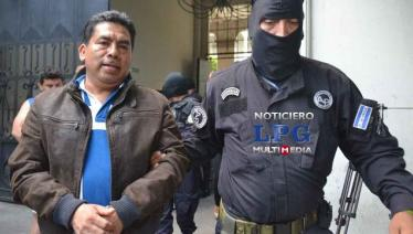 El alcalde Elías Hernández, al momento de ser detenido por la Policía. (Foto: La Prensa Gráfica).