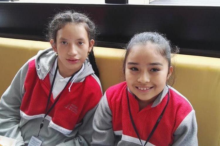 Melanny Solís  y Alejandra Amarra son compañeras en el Instituto Neurológico de Guatemala. (Foto Prensa Libre: Roni Pocón)