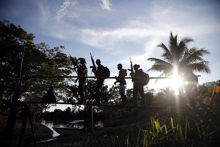 Combatientes de las Farc caminan en la jungla del Putumayo, Colombia. (Foto Prensa Libre: AP).