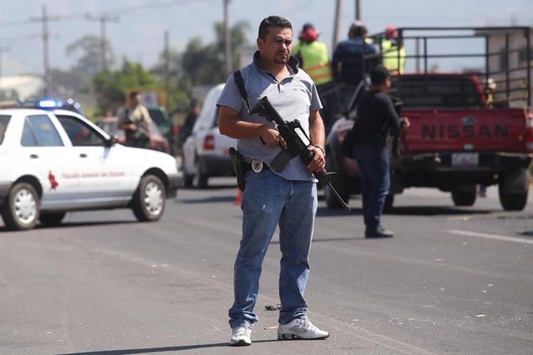 Agentes de seguridad revisan vehículos en un operativo de seguridad en Tepic, estado de Nayarit (México). (Foto Prensa Libre: EFE)