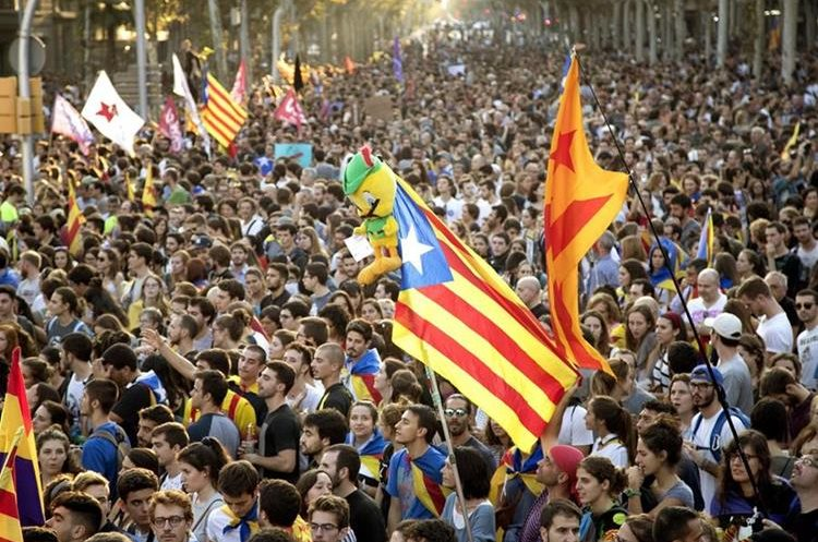 Un momento de la manifestación llevada a cabo en los Jardinets de Garcia, en protesta por las cargas policiales. (Foto Prensa Libre: EFE)
