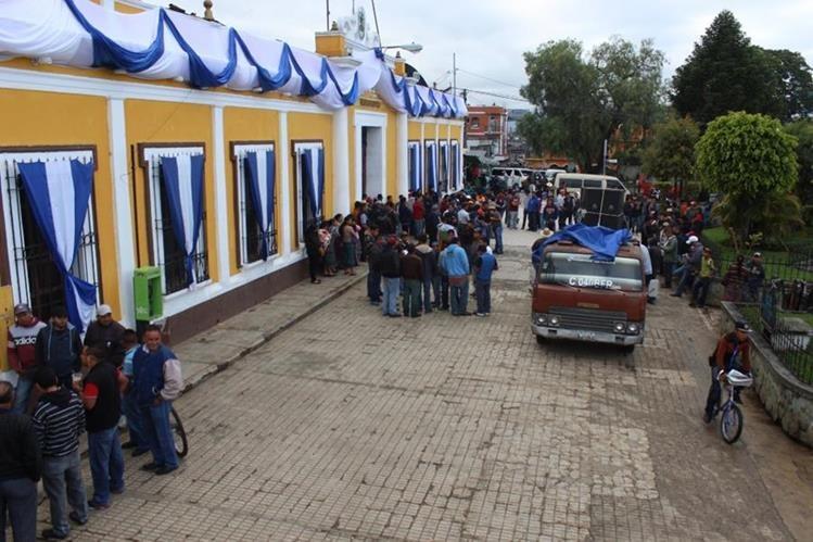 Protesta de transportistas frente a la comuna de Santa Cruz del Quiché. (Foto Prensa Libre: Óscar Figueroa).
