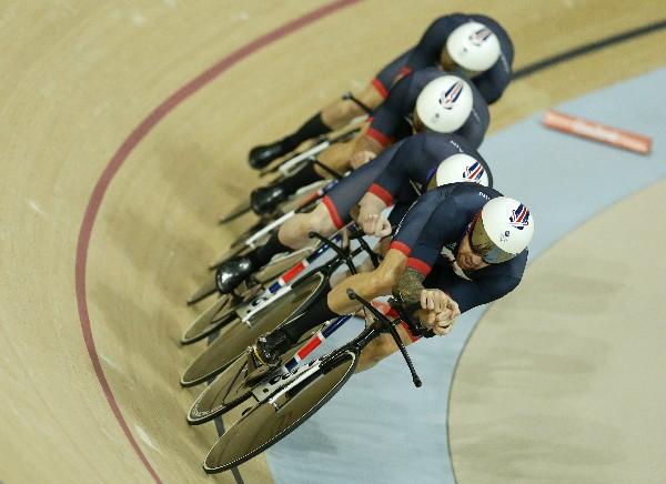 Bradley Wiggins, Steven Burke, Edward Clancy y Owain Doull, ganaron la medalla de oro en persecución por equipos. (Foto Prensa Libre: AP)