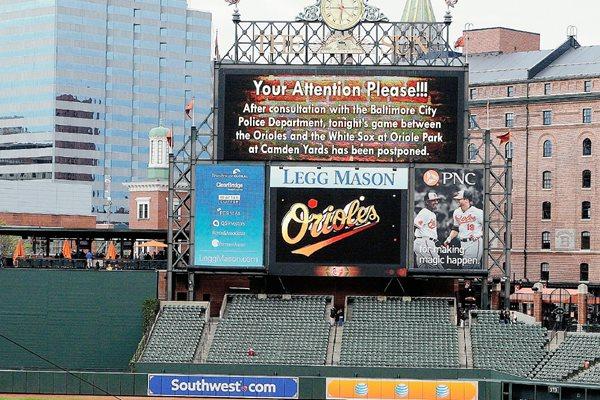 El marcador digital del diamante de los Orioles de Baltimore anuncia que el duelo con Medias Blancas fue aplazado. (Foto Prensa Libre: AFP)