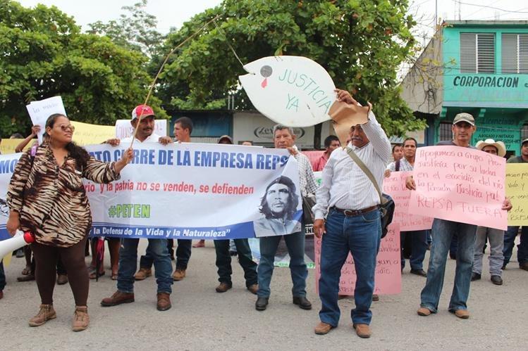 Pobladores del área cercana al río La Pasión, Sayaxché, Petén protestan por la contaminación del afluente. (Foto Prensa Libre: Hemerotéca)