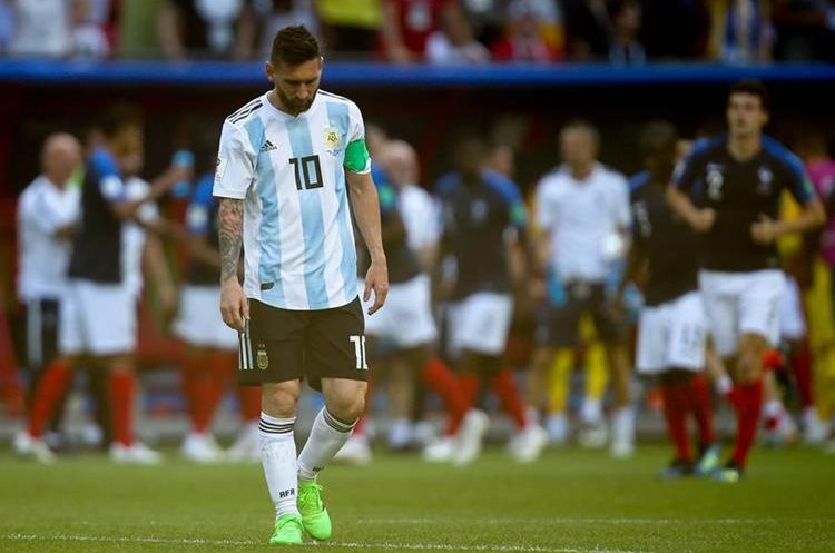 Lionel Messi se despide, triste, de otro Mundial. (Foto Prensa Libre: AFP)