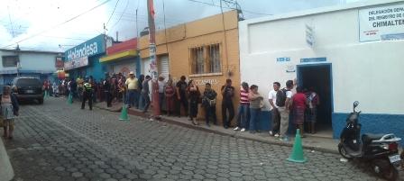 En Chimaltenango también se formaron largas filas de ciudadanos. (Foto Prensa Libre: Renato Melgar)