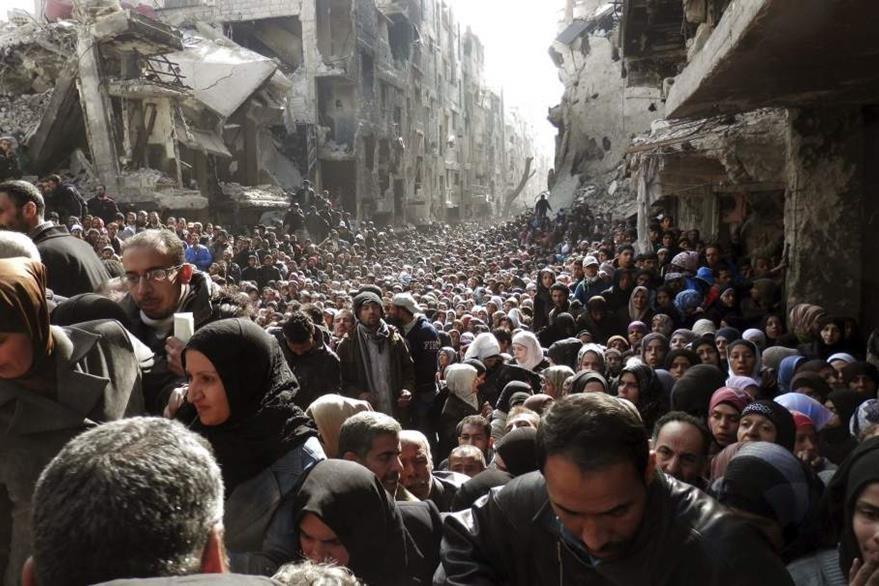 Impresionante fotografía que muestra la migración de sirios de Al Yarmuk debido a la guerra que libran distintos grupos entre ellos el Estado Islámico. (Foto Prensa Libre: Hemeroteca PL).