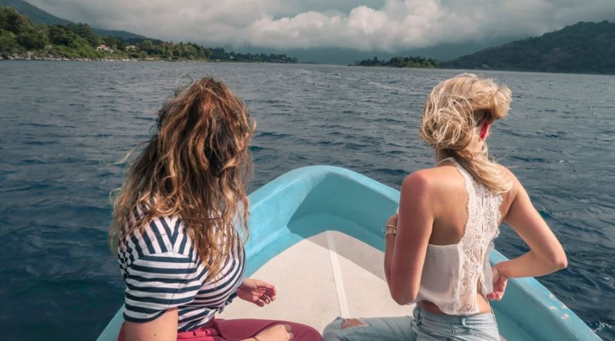 Un paseo en lancha por el Lago de Atitlán fue una buena opción para los influencers. (Foto Prensa Libre: @ChristianneRis)