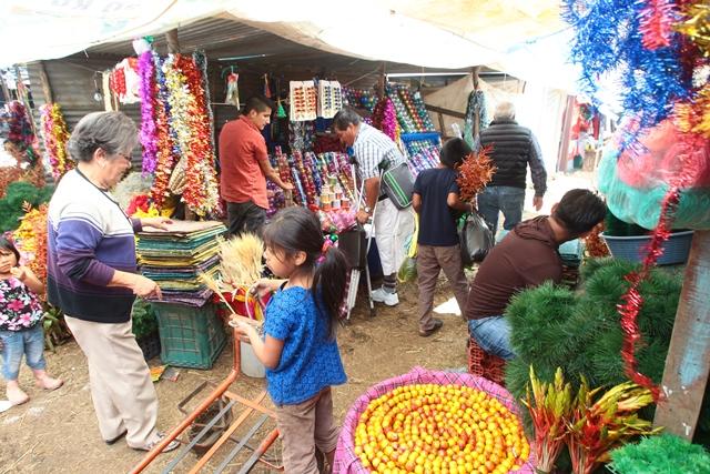 Comerciantes venden artículos en la feria navideña del Roosevelt. (Foto Prensa Libre: Álvaro Interiano)