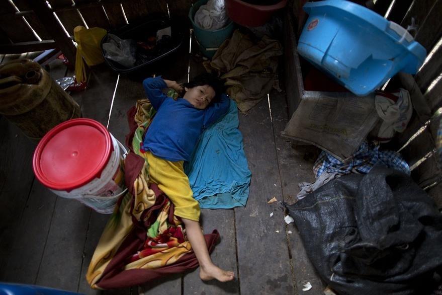 Un niño descansa en su humilde vivienda en Nuevo Cañaveral, Perú. (Foto Prensa Libre: AP).