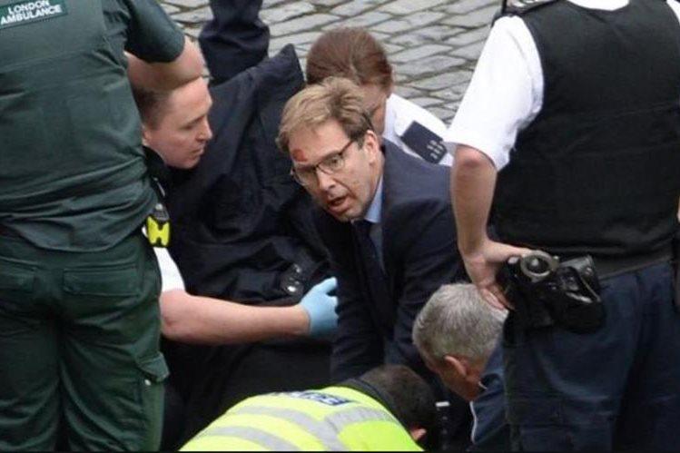 A pesar de que la policía le ordenó que huyera a un lugar seguro, Tobias Ellwood corrió hacia Keith Palmer para asistirlo.
