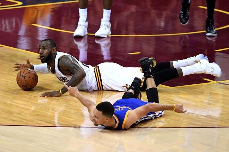 El duelo LeBron-Curry es el que más morbo atrae en la NBA. (Foto Prensa Libre: AFP)