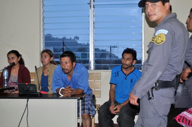 Los sindicados en el Juzgado de Primera Instancia Penal y Delitos contra el Ambiente, en Santa Rosa. (Foto Prensa Libre: Oswaldo Cardona).