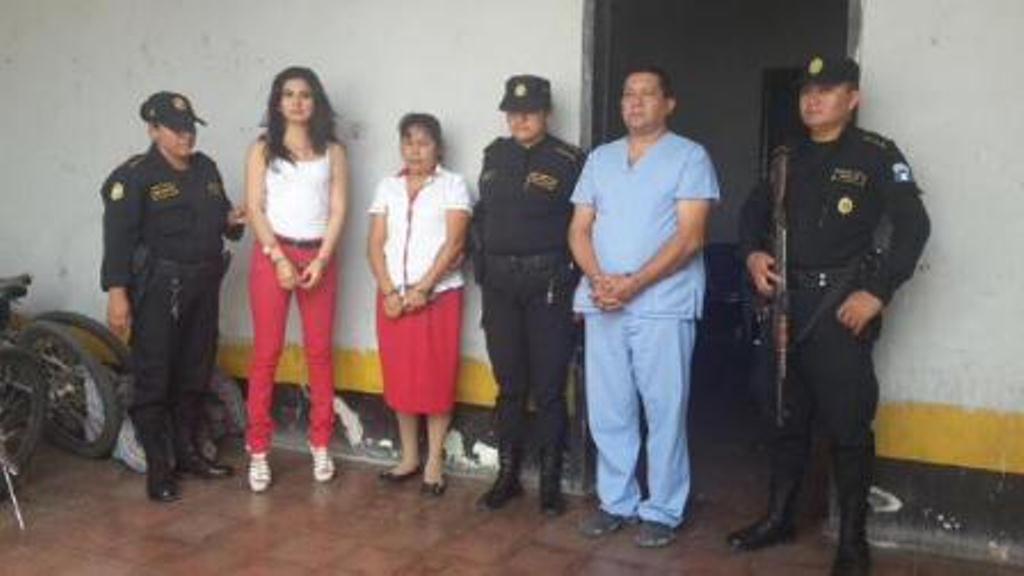 Los tres trabajadores del IGSS capturados en Jutiapa. (Foto Prensa Libre: PNC)