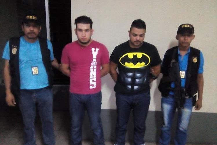 Agentes de la PNC trasladan a los supuestos extorsionistas a la comisaría de Mazatenango. (Foto Prensa Libre: Melvin Popá)