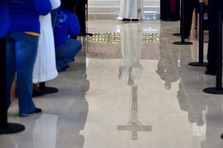 MEX20. CIUDAD JUÁREZ (MÉXICO), 17/02/2016.- El papa Francisco visita hoy, miércoles 17 de febrero de 2016, el Centro Penitenciario (CeReSo n3) de Ciudad Juárez (México). El papa Francisco cumple hoy en la fronteriza Ciudad Juárez, en el norteño estado de Chihuahua, la última jornada de su visita a México, iniciada el 12 de febrero, en la que convivirá con reos y trabajadores, y oficiará una misa con migrantes. EFE/GABRIEL BOUYS/POOL