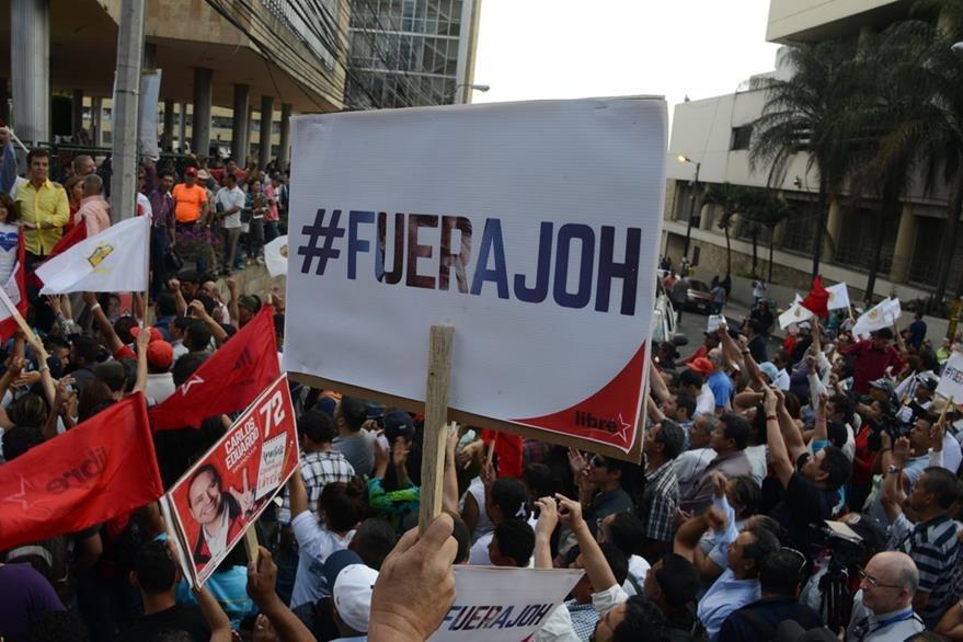 Opositores agitan banderas en la protesta contra la ley que criminaliza las manifestaciones. (AFP).