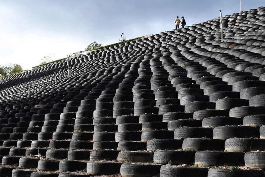 Un muro construido con más de 13 mil neumáticos reciclados, se utiliza para cultivar cerca de la fuente del río Lempa en Olopa 213 kilómetros al este de la ciudad de Guatemala. (Foto Prensa Libre: AFP).