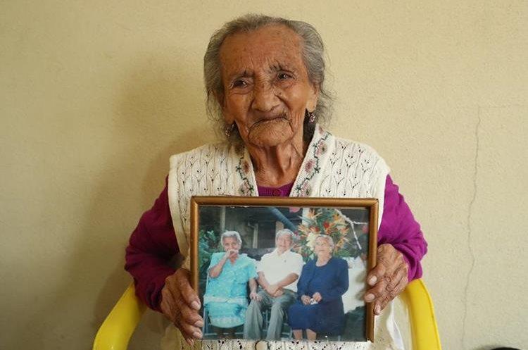 Matilde muestra una fotografía familiar. (Foto Prensa Libre: Esbin García).