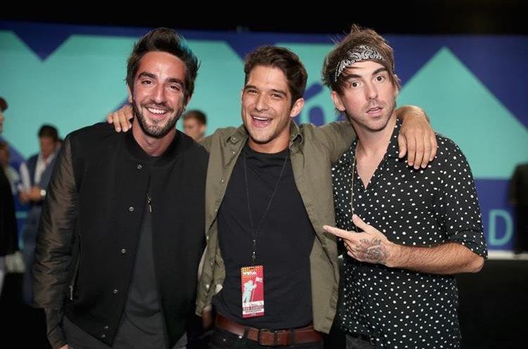 De izquierda a derecha. Jack Barakat, Tyler Posey y Alex Gaskarth de la banda All Time Low también llegaron a la gala de los MTV Video Music Awards. (Foto Prensa Libre: Christopher Polk/AFP).