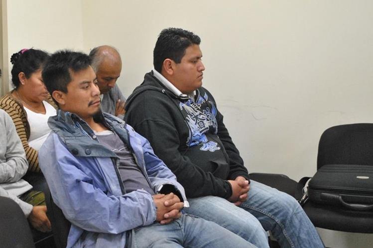 Los dos sindicados escuchan la decisión del juez, en Quetzaltenango. (Foto Prensa Libre: María José Longo)