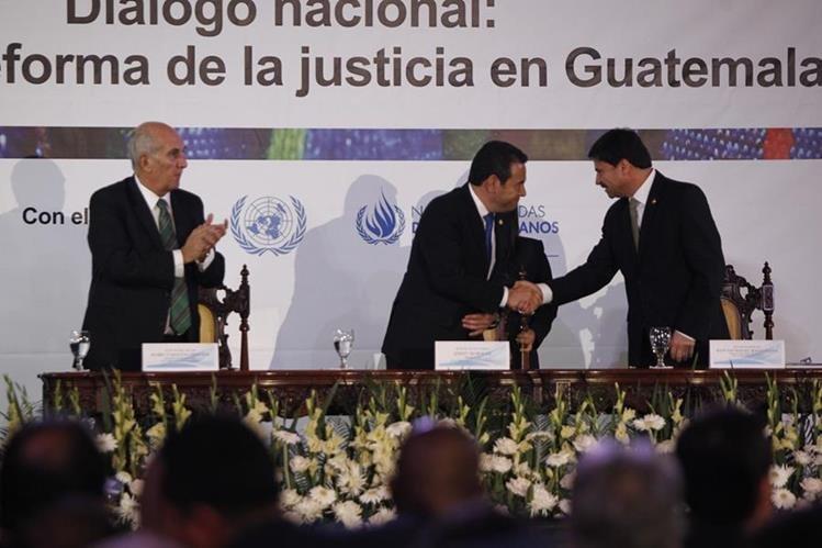 Mario TARACENA, Jimmy Morales y Ranulfo Rojas encabezan el acto de presentación de la propuesta de reformas constitucionales. (Foto Prensa Libre: P. Raquec)