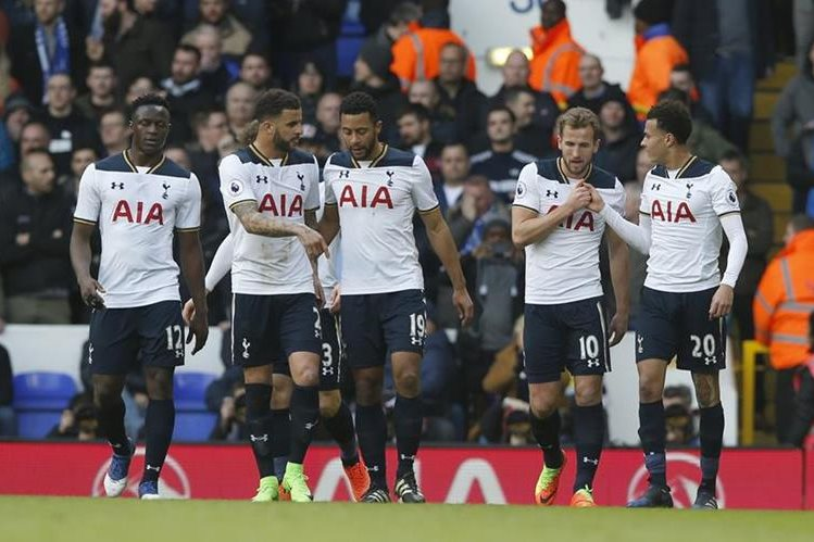 Harry Kane celebra el gol que abrió el camino al triunfo al Tottenham. (Foto Prensa Libre: AP)