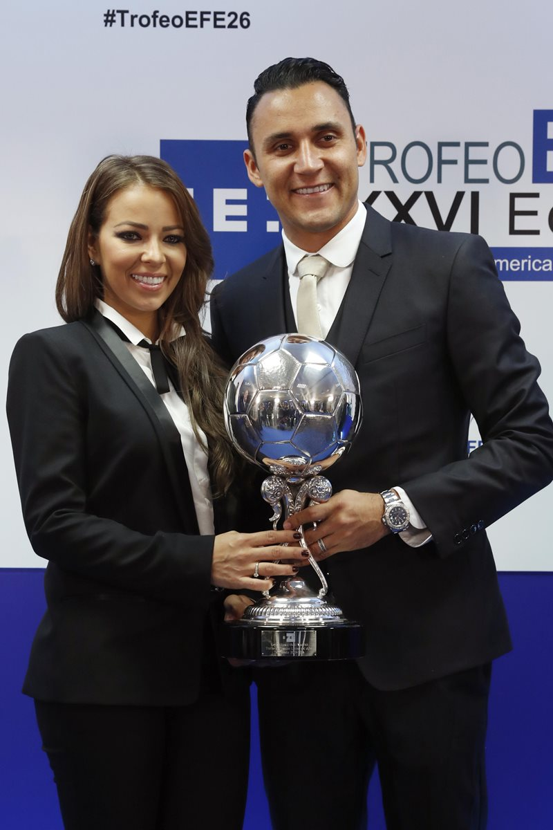 Navas, acompañado por su esposa, Andrea Salas, tras recibir el Premio EFE. (Foto Prensa Libre: EFE)
