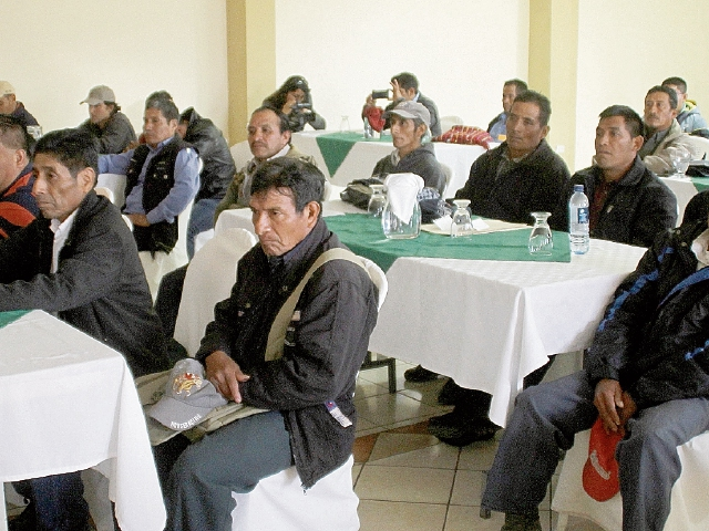 Líderes comunitarios se reunieron con autoridades del Gobierno para exigirles que se decrete estado de Sitio en Ixquisis, San Mateo Ixtatán. (Foto Prensa Libre: Mike Castillo)